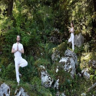 VRIKSHÂSANA, la posture de l'arbre : une posture d'ancrage, d'équilibre, et d'ouverture vers le ciel.⠀ .⠀ Parfois l'équilibre est là. D'autres fois, non. Accepter ce qui est ici et maintenant. Le vivre pleinement.⠀ .⠀ #yoga #vetementdeyoga #hathayoga #cotonbio #modeethique #moderesponsable #vetementdeyoga #yogini #VRIKSHÂSANA