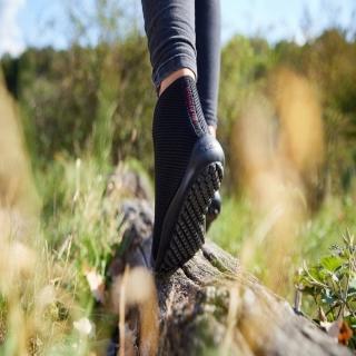 Le modèle #leguano #aktiv plus est fabriqué en #Allemagne, comme tous nos autres modèles ! Il a bien entendu la même semelle qui fait notre réputation : ultra-souple, elle suit les mouvements de vos #pieds pour leur rendre vie ! Ils redeviennent l'organe central de la marche. Les zones réflexes sont stimulées. Vous ressentez par les pieds pour un meilleur équilibre, une meilleure posture ! Le retour veineux est également stimulé ! Et bien sûr, il y a de la place pour les orteils ! Faites du bien à vos pieds ! Cela fait du bien à tout le corps !⠀ ⠀ #santé #minimalistes #barefoot #piedssensibles #chaussuressouples #confort #chaussuresconfort #senior #yoga #proprioception #chaussuresminimalistes #minimalistes #posture #psychomotricité #marche #marcherdanslanature #marchenature