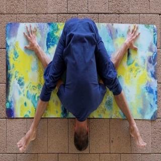 Tellement ravis de proposer  ces tapis de yoga de la marque suisse Breathe of Fire ! Ils sont dessinés par une artiste et cela se voit tellement ils incroyablement photogéniques ! Fabriqués en série limitée. Faites de votre séance de #yoga un moment de beauté et de voyage extérieur et intérieur.⠀ ⠀ #tapisdeyoga #yogalife #yogi #yoginilife #yogalife